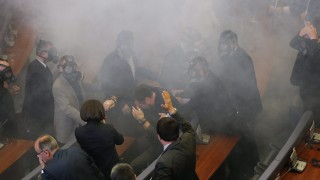 Pristina, 2016. február 19. Könnygáz füstje gomolyog a koszovói parlament üléstermében Pristinában 2016.február 19-én, miután ellenzéki képviselõk könnygázpalackokat dobtak képviselõtársaik közé. Az ellenzéki képviselõk a Szerbiával kötött, 2015. augusztus 25-i brüsszeli megállapodás ellen tiltakoztak. (MTI/EPA/Valdrin Xhemaj)