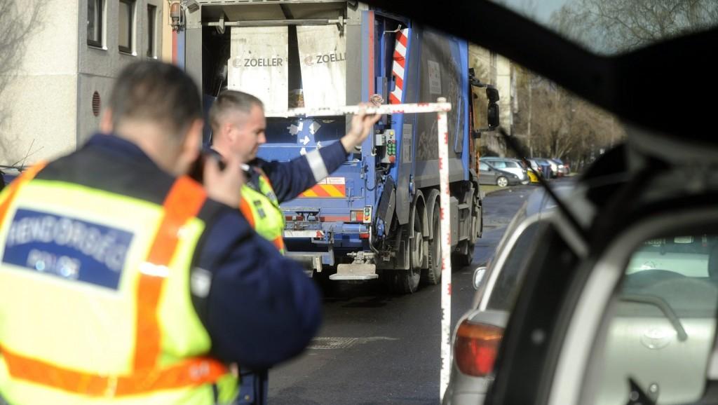 Budapest, 2016. február 1. Rendõrök helyszínelnek egy teherautó mellett a III. kerületi Gyógyszergyár utcában 2016. február 1-jén, miután a szemétszállító jármû halálra gázolt egy gyalogost. MTI Fotó: Mihádák Zoltán