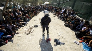 Moria, 2015. október 6.Illegális bevándorlók várakoznak hogy regisztrálják őket afgánoknak elkülönített táborban a görög Leszbosz szigetén Moria közelében 2015. október 6-án.MTI Fotó: Balogh Zoltán