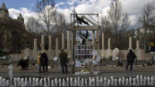 Budapest, 2015. április 8. A német megszállás áldozatainak tiszteletére emelt emlékmû a budapesti Szabadság téren 2015. április 8-án. A Tiszta emlékezettel a történelemhamisítás ellen - a szabadságért, a demokráciáért elnevezésû csoport rendezvényt tartott az emlékmû elleni tiltakozások kezdetének elsõ évfordulóján a téren. MTI Fotó: Szigetváry Zsolt
