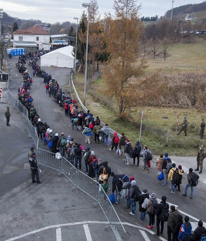 Sentilj, 2015. november 17. Ausztriába tartó migránsok sorai a szlovén-osztrák határ szlovén oldalán, Sentiljnél 2015. november 17-én. (MTI/EPA/Erwin Scheriau)