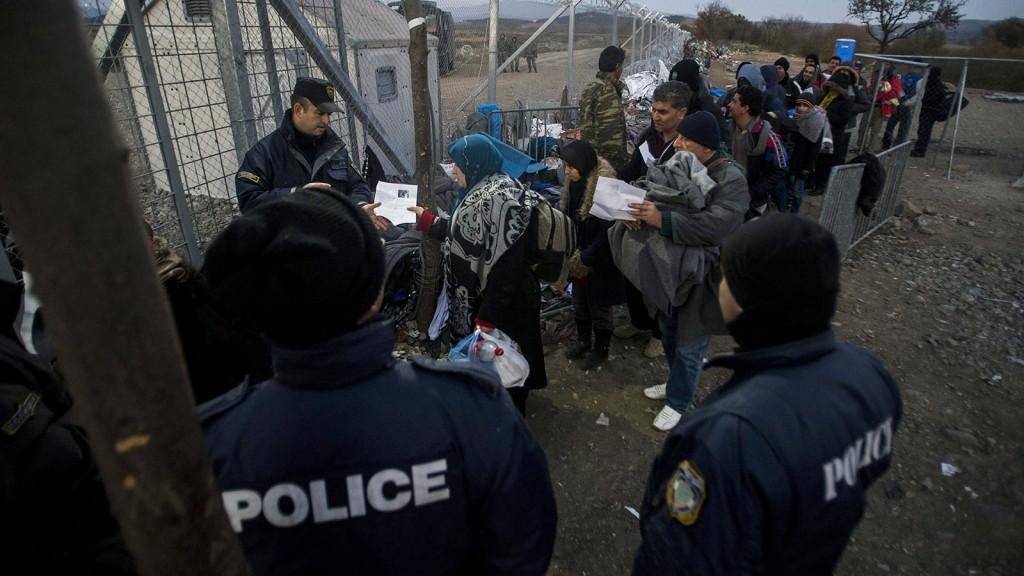 Idomeni, 2015. december 7.Papírokkal rendelkező migránsok állnak sorban az átengedéshez a görögországi Idomeni és a macedóniai Gevgelija közötti határátkelő görög oldalán 2015. december 7-én.MTI Fotó: Balogh Zoltán