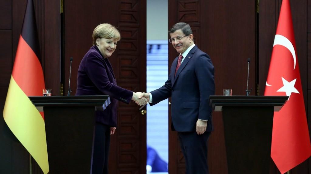 Ankara, 2016. február 8. Ahmet Davutoglu török miniszterelnök (j) és Angela Merkel német kancellár kezet fog közös sajtóértekezletükön Ankarában 2016. február 8-án. Merkel egynapos látogatásán a menekültválságról tárgyal Törökországban. (MTI/EPA)