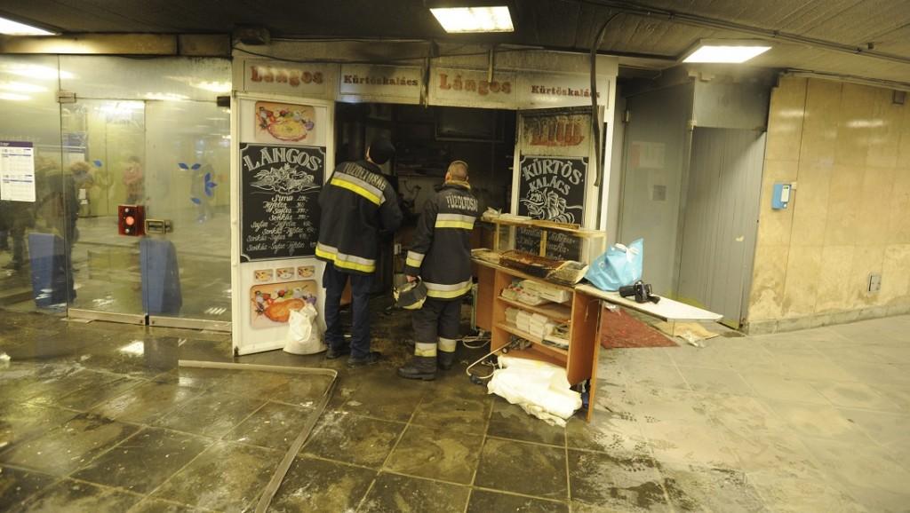 Budapest, 2016. február 26. Tûzoltók a 3-as metró Nagyvárad téri állomásán, ahol kigyulladt egy lángossütõ 2016. február 26-án. MTI Fotó: Mihádák Zoltán