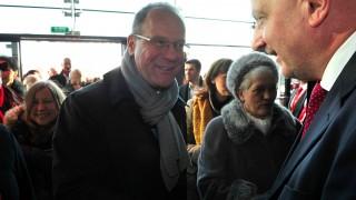 Wroclaw, 2016. január 17. Az Európai Bizottság által közreadott képen Rafal Dutkiewitz wroclawi polgármester (j) köszönti Navracsics Tibort, az Európai Bizottság oktatásért, kultúráért, ifjúságpolitikáért és sportért felelõs biztosát az Európa Kulturális Fõvárosa eseménysorozatot megnyitó ünnepsége elõtt a wroclawi Nemzeti Zenei Fórumban 2016. január 17-én. A délnyugat-lengyelországi Wroclaw a spanyolországi San Sebastiannal együtt tölti be az Európa kulturális fõvárosa címet 2016-ban. (MTI/Európai Bizottság/Piotr Hawalei)