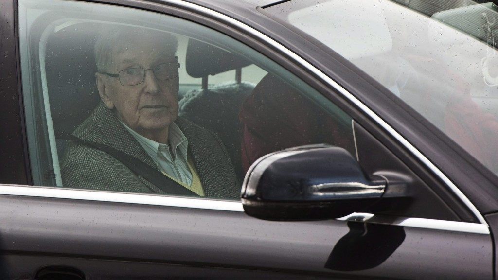 Detmold, 2016. február 11. Reinhold Hanning, az egykori auschwitzi náci haláltábor õre autóval távozik a németországi Detmold bíróságáról pere elsõ tárgyalásának végén 2016. február 11-én. A 94 éves német férfit, aki 1943 januárja és 1944 júniusa között volt a láger SS-õre, a vád 170 ezer ember meggyilkolásában tartja bûnrészesnek. (MTI/EPA/Bernd Thissen)