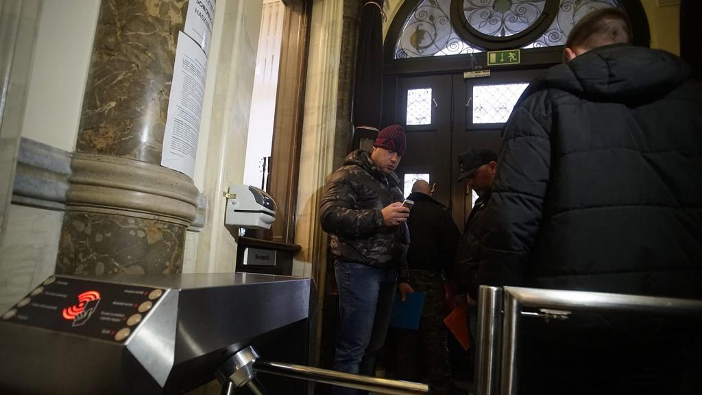 Budapest, 2016. február 23.A vasárnapi zárva tartásról szóló népszavazási kérdés benyújtására várakozók csoportja Budapesten, a Nemzeti Választási Iroda épületében 2016. február 23-án. A Kúria ma dönt arról, átengedi-e az előtte fekvő, a hasonló ügyben benyújtott népszavazási kérdést.MTI Fotó: Balogh Zoltán