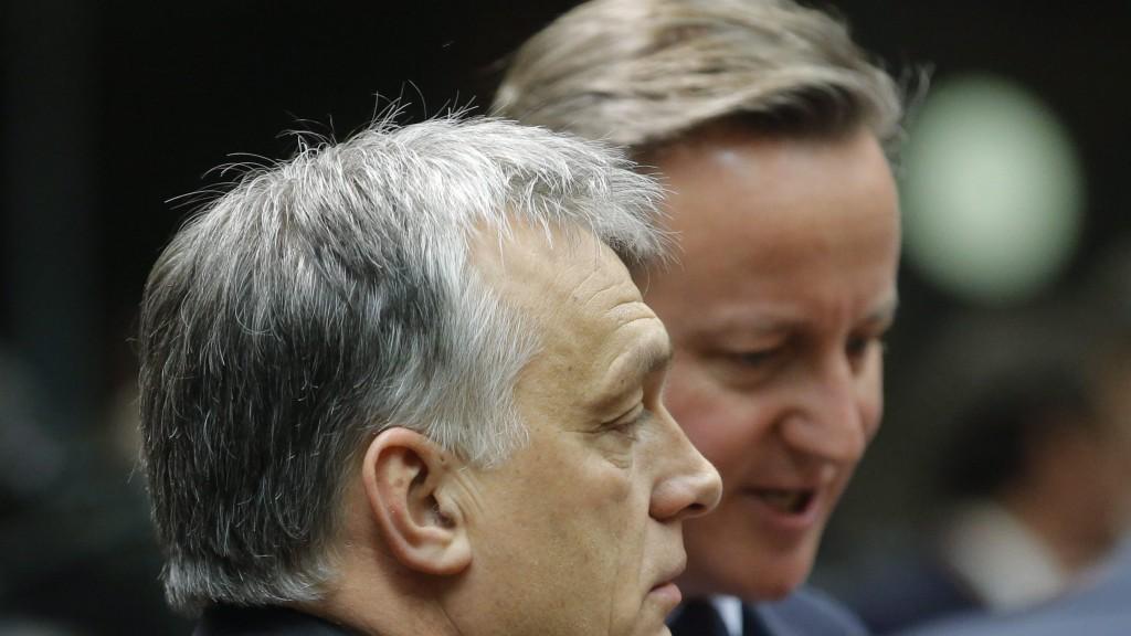 Brüsszel, 2016. február 18. Orbán Viktor miniszterelnök (b) és brit partnere, David Cameron az EU-tagországok állam- és kormányfõinek kétnapos csúcstalálkozójának kezdetén Brüsszelben 2016. február 18-án. (MTI/EPA/Olivier Hoslet)
