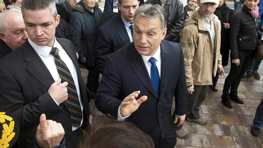 Szekszárd, 2016. február 23.Orbán Viktor miniszterelnök (k) beszélget a város lakóival, miután a Modern városok program keretében együttműködési megállapodást írt alá Ács Rezső (Fidesz-KDNP) polgármesterrel Szekszárdon 2016. február 23-án.MTI Fotó: Koszticsák Szilárd
