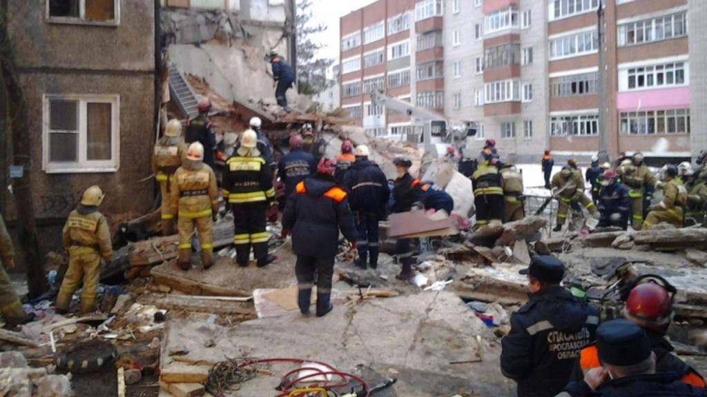 Jaroszlavl, 2016. február 16. A rendkívüli helyzetek orosz minisztériuma által közreadott képen mentõk a romok között 2016. február 16-án, miután hajnalban gázrobbanás történt a Moszkvától mintegy 250 kilométerre északkeletre fekvõ Jaroszlavl egyik lakótelepi lakásában. Három ember életét vesztette, négyet kórházban ápolnak, és félõ, hogy többen a romok alatt rekedtek. (MTI/EPA/Rendkívüli helyzetek orosz minisztériuma)