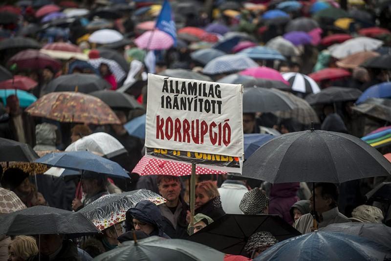 Budapest, 2016. február 13.Résztvevők a pedagógusok tüntetésén a budapesti Kossuth téren 2016. február 13-án. A Pedagógusok Szakszervezetének demonstrációjához 48 szervezet csatlakozott.MTI Fotó: Marjai János