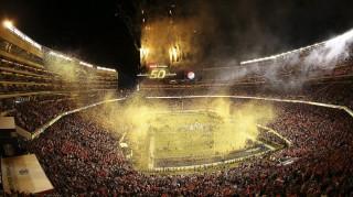 Santa Clara, 2016. február 8. Konfettiszórás és tüzijáték a Levi's Stadionban, az Egyesült Államok amerikaifutball-bajnoksága 50. alkalommal megrendezett döntõjének, az ún. Super Bowlnak otthont adó Carolina Panthers-Denver Broncos mérkõzés végén a kaliforniai Santa Clarában 2016. február 7-én. A Denver Broncos 24-10-re legyõzte a Carolina Panthers együttesét, és ezzel története során harmadszor hódította el a bajnokcsapatnak járó Vince Lombardi-trófeát. (MTI/EPA/Tony Avelar)