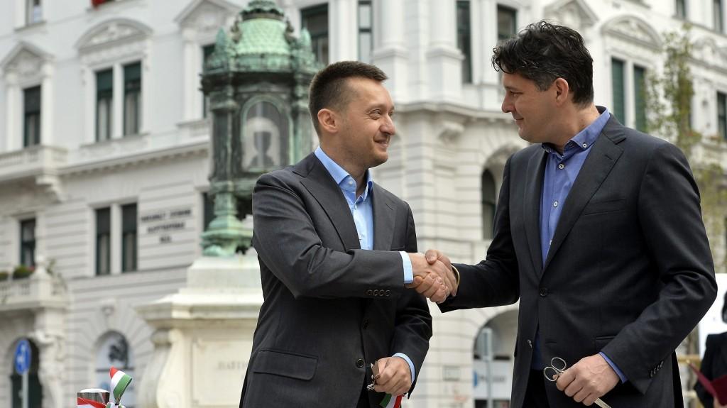 Budapest, 2014. október 5. Rogán Antal (Fidesz-KDNP), az V. kerület polgármestere (b) és Szentgyörgyvölgyi Péter alpolgármester, a Fidesz-KDNP polgármesterjelöltje kezet fog a Batthyány-örökmécses felújított környezetének ünnepélyes átadása után 2014. október 5-én, az aradi vértanúk emléknapja elõtti napon.  MTI Fotó: Illyés Tibor
