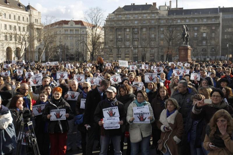Budapest, 2016. február 20. Az állatkínzás ellen tüntetnek civilek az Országház elõtti Kossuth Lajos téren 2016. február 20-án. A több mint száz állatvédõ szervezet és több ezer ember a Nyugati térrõl vonult át a Parlament elé, ahol a demonstráció végén a szervezõk átnyújtják az Országgyûlés mezõgazdasági bizottsága képviselõjének azt a törvénymódosító javaslatot, amely az állatkínzás büntetésének szigorítását tartalmazza. MTI Fotó: Szigetváry Zsolt