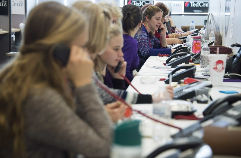Volunteers man the phone banks at Republican presidential candidate Ted Cruz's headquarters in West Des Moines, Iowa, January 31, 2016, ahead of the Iowa Caucus.   US presidential candidates made a frenzied, final push  to lock in Iowa voters on the eve of the first nominating contest of the 2016 election season. / AFP / Jim WATSON
