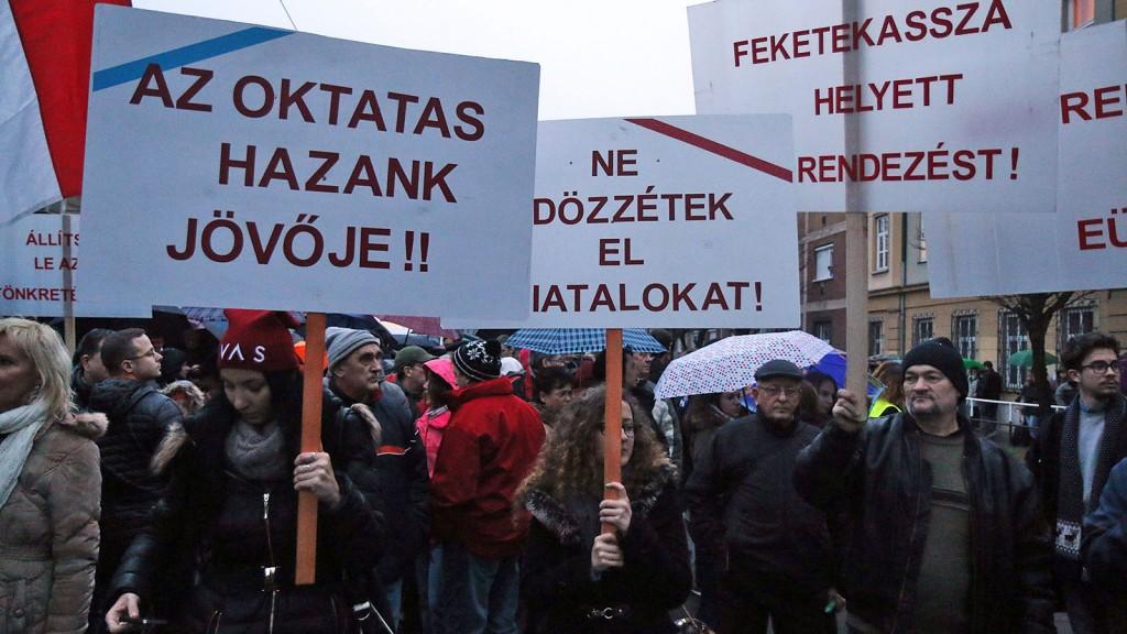 Miskolc, 2016. február 3.Pedagógusok és szimpatizánsaik demonstrálnak a miskolci Herman Ottó Gimnázium előtt 2016. február 3-án. A Fogadóóra címmel megrendezett tüntetés szervezői az oktatási rendszer ellen tiltakoznak.MTI Fotó: Vajda János