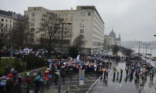 Budapest, 2016. február 13. Résztvevõk gyülekeznek a pedagógusok tüntetése elõtt Budapesten, a Képviselõi Irodaháznál 2016. február 13-án. A Pedagógusok Szakszervezetének demonstrációjához 48 szervezet csatlakozott. MTI Fotó: Marjai János