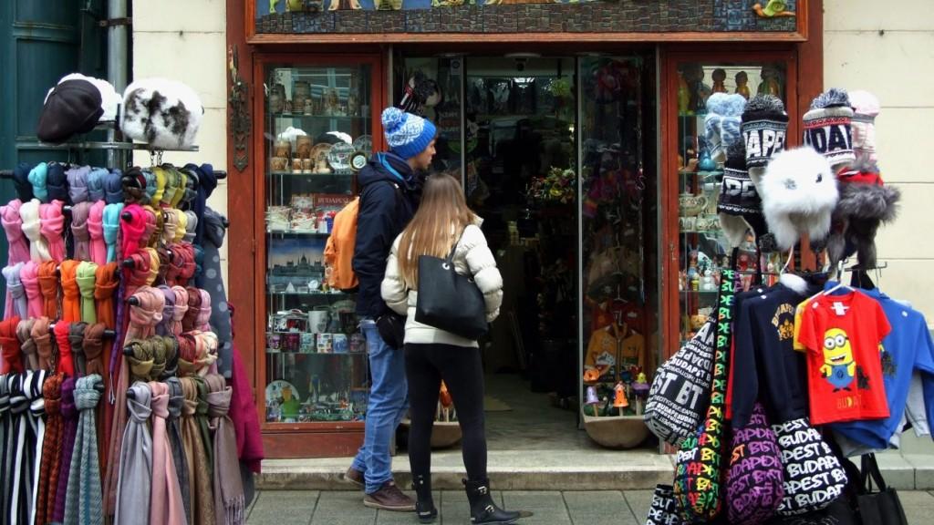Budapest, 2016. január 27. Külföldi fiatalok nézik egy ajándéktárgyakat árusító üzlet kínálatát a fõváros V. kerületében, a Váci utcában. MTVA/Bizományosi: Jászai Csaba  *************************** Kedves Felhasználó! Ez a fotó nem a Duna Médiaszolgáltató Zrt./MTI által készített és kiadott fényképfelvétel, így harmadik személy által támasztott bárminemû – különösen szerzõi jogi, szomszédos jogi és személyiségi jogi – igényért a fotó készítõje közvetlenül maga áll helyt, az MTVA felelõssége e körben kizárt.