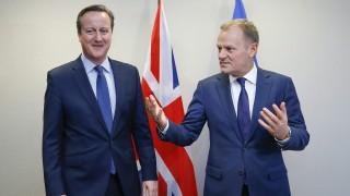 Brüsszel, 2016. február 18. Donald Tusk, az Európai Tanács elnöke (j) David Cameron brit miniszterelnököt üdvözli az EU-tagországok állam- és kormányfõinek kétnapos csúcstalálkozója elõtt Brüsszelben 2016. február 18-án. (MTI/EPA pool/Yves Herman)