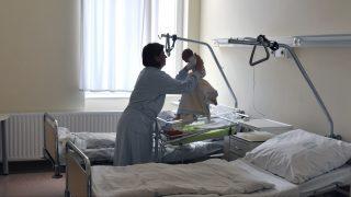 Budapest, 2011. július 21. Egy kismama gyermekével az újszülött részlegen, a Fõvárosi Önkormányzat Uzsoki utcai Kórházában. A Központi Statisztikai Hivatal (KSH) elõzetes adata szerint 2011 elsõ öt hónapjában 34.328 gyermek született, 9,7 százalékkal kevesebb, mint egy évvel korábban. MTI Fotó: Máthé Zoltán