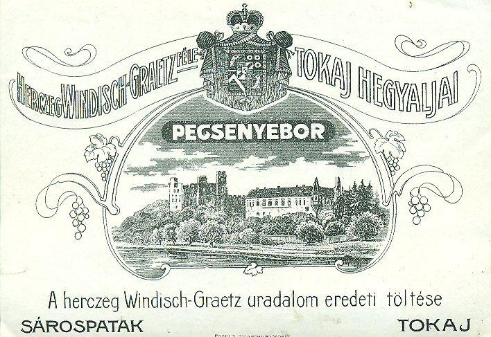 Fekvőtéglalap alakú hascímke, világos alapon középen egy várkastély távlati ábrázolása, fölötte egy címer, díszes koronás keretben és feliratok.