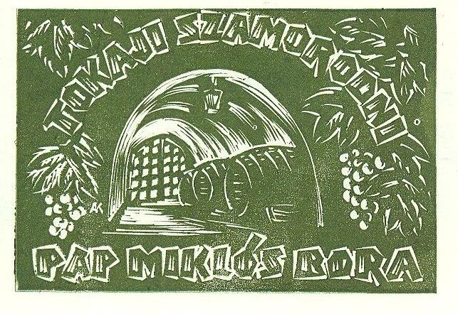 Zöldes keretbe helyezett, borospince illusztrációval díszített modern italcímke: Tokaji szamorodni Pap Miklós bora.