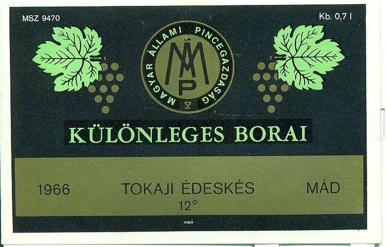 Fekete keretben, két oldalán szőlő és levele illusztrációval, közepén céges logóval, zöld és fekete betűvel szedve: Tokaji édeskés.