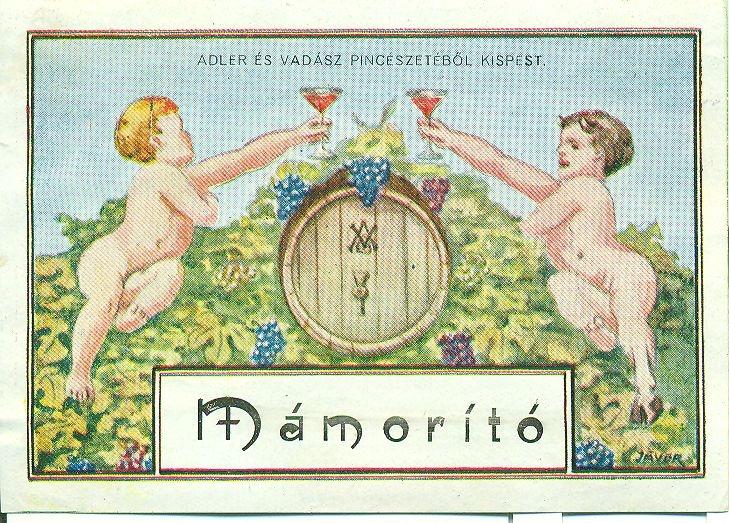 Fehér alapon fekete keret, benne halvány kék háttér előtt, dús szőlőindákon ülő puttók, akik egy hordó fölött éppen koccintanak. Felirat:  Adler és Vadász Pincészete, Kispest