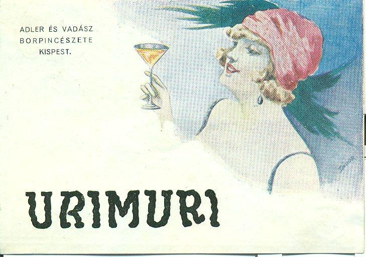 Fehér alapon egy nőpoharat tart a kezében, alatta felirat: Urimuri Adler és Vadász Pincészete, Kispest