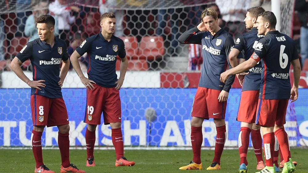 Atletico Madrid's Argentinian midfielder Matias Kranevitter (L), French defender Lucas Hernandez (2nd L), forward Fernando Torres (3rd R), midfielder Gabi (2nd R) and midfielder Koke stand at the end of the Spanish league football match Real Sporting de Gijon vs Club Atletico de Madrid at El Molinon stadium in Gijon on March 19, 2016. Sporting won 2-1. / AFP / MIGUEL RIOPA