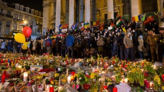 Hundreds of people People gather at a makeshift memorial in front of Brussel's Stock Exchange on Place de la Bourse (Beursplein) on March 24, 2016, two days after a triple bomb attack, claimed by the Islamic State group, hit Brussels' airport and the Maelbeek - Maalbeek metro station, killing 31 people and wounding 300 others. / AFP / PHILIPPE HUGUEN