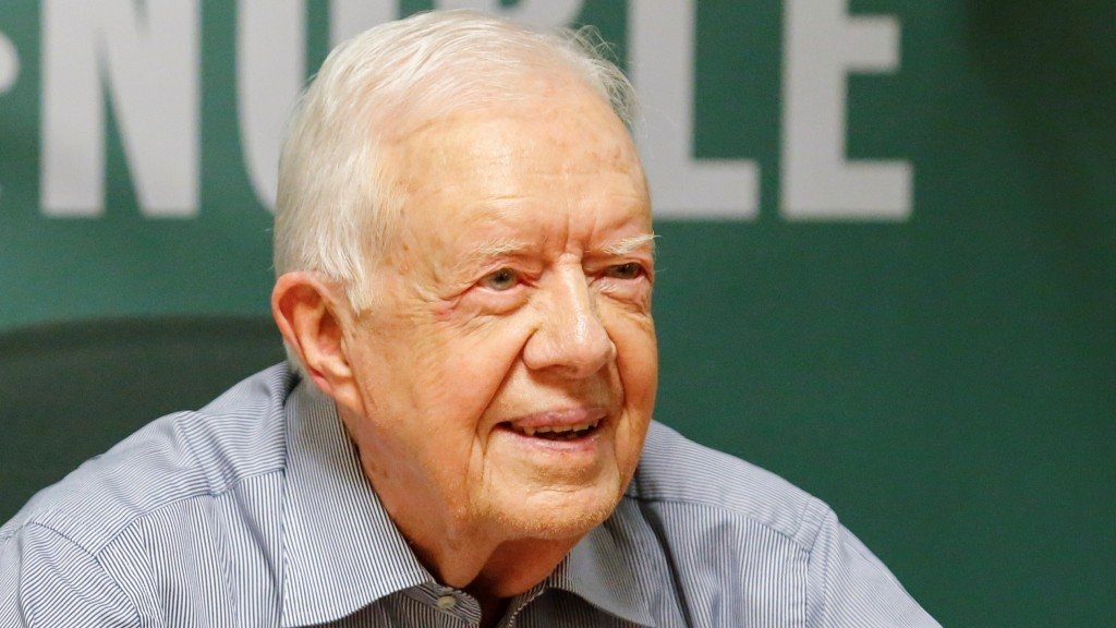 """Former US President Jimmy Carter signs his new Book """"A Full Life: Reflections at Ninety"""" at Barnes & Noble on 5th avenue in New York on July 7, 2015. PHOTO/ KENA BETANCUR / AFP / KENA BETANCUR"""