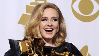 Los Angeles, 2012. február 13. ADELE brit énekesnõ kezében az elnyert hat arany gramofonnnal a Grammy-díjak 54. átadási ünnepségén a Los Angeles-i Staples Centerben 2012. február 12-én. Adele hat kategóriában kapott Grammy-díjat: az általa szerzett Rolling in the Deep lett az év dala és felvétele, õ lett a legjobb pop szólóénekes, övé lett az év legjobb albuma, amely a legjobb pop albumért járó díjat is megkapta s a legjobb rövid videóért is õ vehetett át elismerést. (MTI/EPA/Paul Buck)