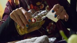 Tótszentmárton, 2014. február 28.Pálinkát tölt egy nő egy borospincében a torkos csütörtökön a tótszentmártoni Kámán-hegyen 2014. február 27-én este. A több száz éves horvát hagyomány szerint a nők a nagyböjt kezdete előtti csütörtökön a férfiak nélkül mulathattak a pincékben.MTI Fotó: Varga György