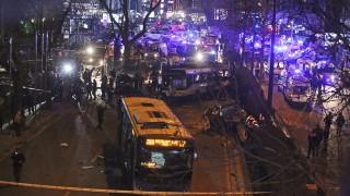 Ankara, 2016. március 13.Mentők dolgoznak Ankarában 2016. március 13-án, miután feltehetőleg robbanószerrel megrakott autó rohant bele egy buszba a török főváros központjában, a Kizilay téren. A detonáció következtében legalább huszonhét ember életét vesztette, hetvenöt megsebesült. (MTI/AP)