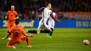 France's forward Antoine Griezmann (R) falls next to Netherland's defender Joel Veltman  during the friendly football match between the Netherlands and France at the Amsterdam ArenA, on March 25, 2016, in Amsterdam. AFP PHOTO / FRANCK FIFE / AFP / FRANCK FIFE