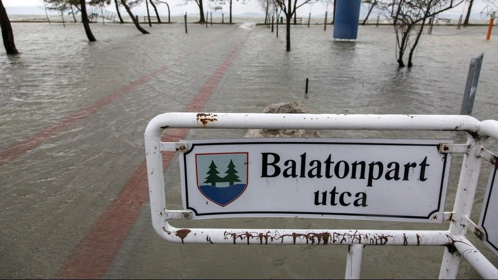 Balatonfenyves, 2016. március 4.A Balaton magas vízállása és a viharos szél miatt kicsapódó hullámok által elárasztott balatonfenyvesi szabadstrand 2016. március 4-én.MTI Fotó: Varga György