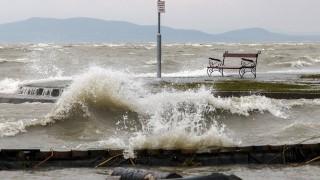 Balatonfenyves, 2016. március 4.A Balaton magas vízállása és a viharos szél miatt kicsapódó hullámok a balatonfenyvesi szabadstrandon 2016. március 4-én.MTI Fotó: Varga György