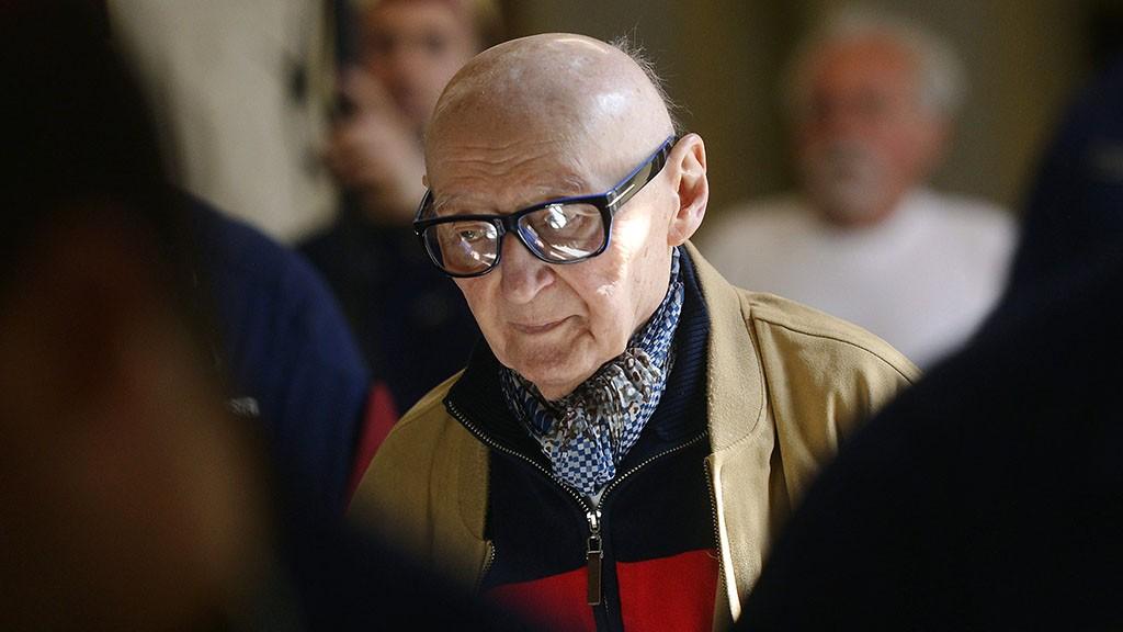 Budapest, 2014. március 25.Az 1956-os forradalmat követő megtorlások kapcsán háborús bűntettel vádolt Biszku Béla érkezik büntetőperének tárgyalására a Fővárosi Törvényszéken 2014. március 25-én. A Magyar Szocialista Munkáspárt (MSZMP) központi, irányító és döntéshozó testülete, az úgynevezett karhatalmat létrehozó Ideiglenes Intéző Bizottság egykori tagja, volt PB- majd KB-tag tagadta a terhére rótt bűncselekmények elkövetését. A 92 éves volt belügyminiszterre a vádiratban életfogytiglani szabadságvesztés kiszabását kérték. MTI Fotó: Beliczay László