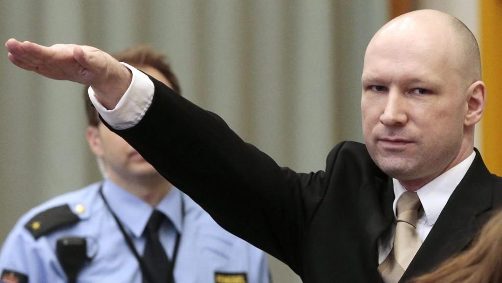 Skien, 2016. március 15. A 2011. július 22-i norvégiai terrortámadások miatt huszonegy éves börtönbüntetését töltõ Anders Behring Breivik náci köszöntésre lendíti karját a skieni börtön bírósági tárgyalótermébe érkezve 2016. március 15-én. A hetvenhét embert lemészároló Breivik az emberi jogainak megsértése miatt indított pert a norvég állam ellen, és most tartják az elsõ tárgyalást. (MTI/EPA/Lise Aserud)
