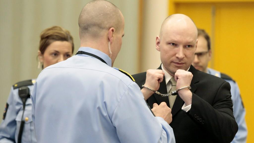 Skien, 2016. március 16. A 2011. július 22-i norvégiai terrortámadások miatt huszonegy éves börtönbüntetését töltõ Anders Behring Breivikrõl leveszik a bilincset a skieni börtön bírósági tárgyalótermében 2016. március 16-án, perének második tárgyalási napján. A hetvenhét embert lemészároló Breivik az emberi jogainak megsértése miatt indított pert a norvég állam ellen. (MTI/EPA/NTB Scanpix/Lise Aserud)