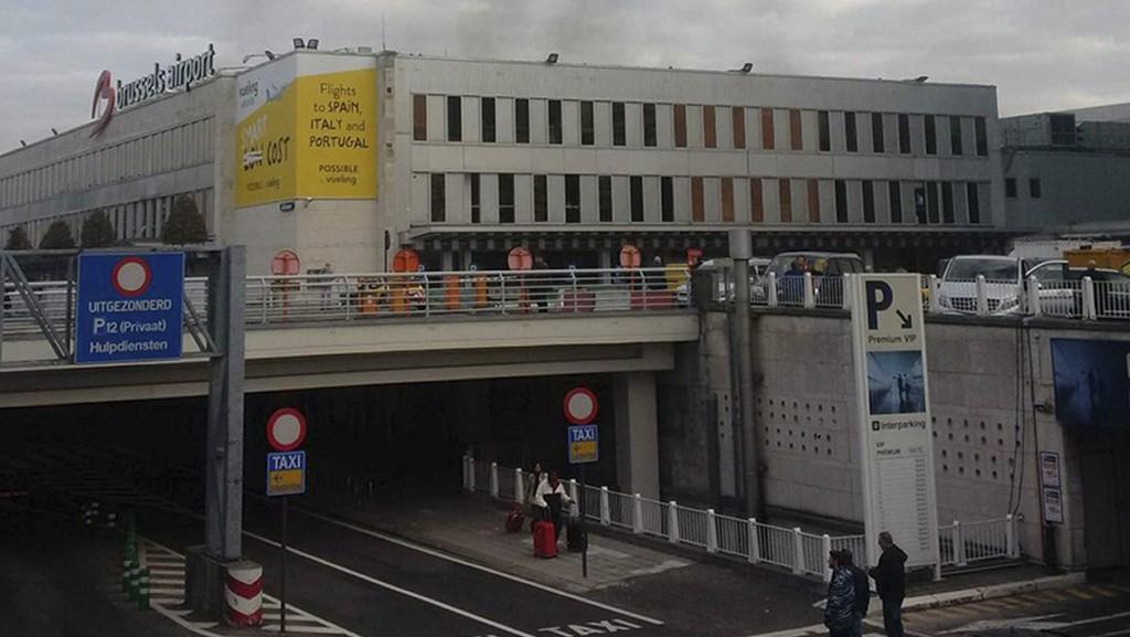 Brüsszel, 2016. március 22. Daniela Schwarzer által közreadott képen füst golmolyog a brüsszeli Zaventem nemzetközi repülõtéren, miután egyelõre ismeretlen eredetû kettõs robbanás történt 2016. március 22-én. (MTI/AP/Daniela Schwarzer)