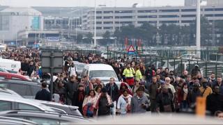 Brüsszel, 2016. március 22. Utasok távoznak a brüsszeli Zaventem nemzetközi repülõtérrõl, miután kettõs robbantás történt 2016. március 22-én. Maggie De Block belga egészségügyi miniszter tájékoztatása szerint tizenegyen életüket vesztették és 81-en megsebesültek a reptéri öngyilkos merényletben, valamint tizenöt halottja és 55 sebesültje van a brüsszeli Maelbeek metróállomásnál történt robbantásnak. (MTI/EPA/Laurent Dubrule)