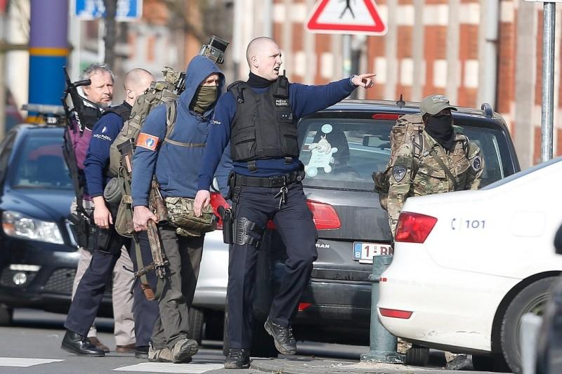 Brüsszel, 2016. március 15. Rendõrök mûvelet közben Brüsszel Forest negyedében 2016. március 15-én, miután ismeretlen tettesek rálõttek egy lakásban házkutatást tartó rendõrökre, akik az elõzõ novemberi párizsi terrortámadások ügyében nyomoztak. (MTI/EPA/Laurent Dubrule)