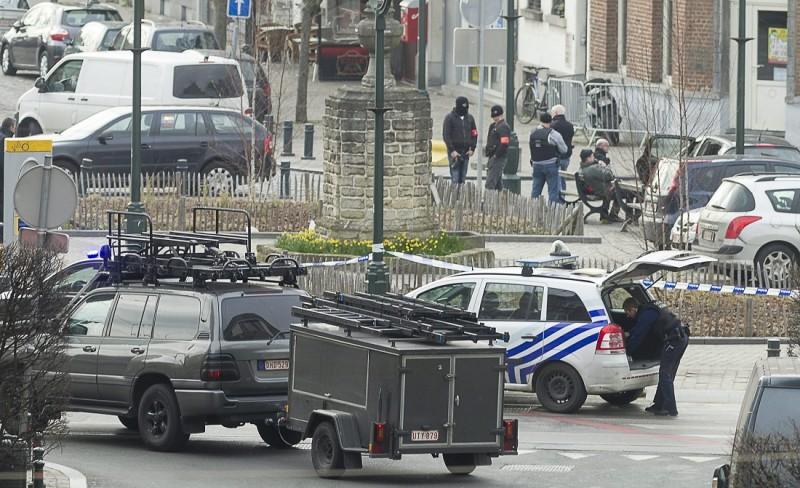 Brüsszel, 2016. március 15. Rendõrök lezárnak egy területet Brüsszelben 2016. március 15-én, miután ismeretlen tettesek rálõttek egy lakásban házkutatást tartó rendõrökre, akik az elõzõ novemberi párizsi terrortámadások ügyében nyomoztak. (MTI/AP/Thierry Monasse)