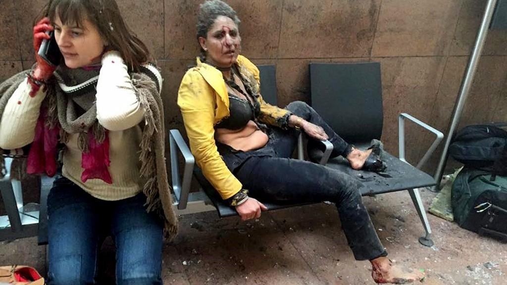 Brüsszel, 2016. március 22.A grúz közszolgálati média által közreadott és Ketevan Kardava által készített kép két sebesült nőről a brüsszeli Zaventem nemzetközi repülőtéren, miután kettős robbantás történt 2016. március 22-én. (MTI/AP/Grúz közszolgálati média/Ketevan Kardava)