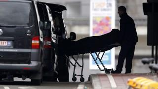 Brüsszel, 2016. március 23.Egy áldozat holttestét szállítják el a brüsszeli Maelbeek metróállomásról 2016. március 23-án, miután az előző nap a brüsszeli Zaventem nemzetközi repülőtéren két, az európai uniós intézmények közelében lévő brüsszeli metróállomáson egy robbantásos merényletet hajtottak végre az Iszlám Állam dzsihadista szervezet terroristái. A merényletek következtében több mint harminc ember életét vesztette, kétszázhatvan megsebesült. (MTI/EPA/Yoan Valat)