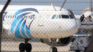Lárnaka, 2016. március 29. Az EgyptAir egyiptomi légitársaság eltérített belföldi utasszállító repülõgépe a ciprusi Lárnaka repülõterén 2016. március 29-én. A gép 61 emberrel a fedélzetén Alexandriából szállt fel és eredetileg Kairóban kellett volna leszállnia. (MTI/EPA/Katja Hrisztodolu)