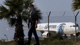 Lárnaka, 2016. március 29. Ciprusi rendõr az EgyptAir egyiptomi légitársaság eltérített belföldi utasszállító repülõgépe közelében a lárnakai repülõtéren 2016. március 29-én. A gép 61 emberrel a fedélzetén Alexandriából szállt fel és eredetileg Kairóban kellett volna leszállnia. (MTI/AP/Pétrosz Karadzsiasz)