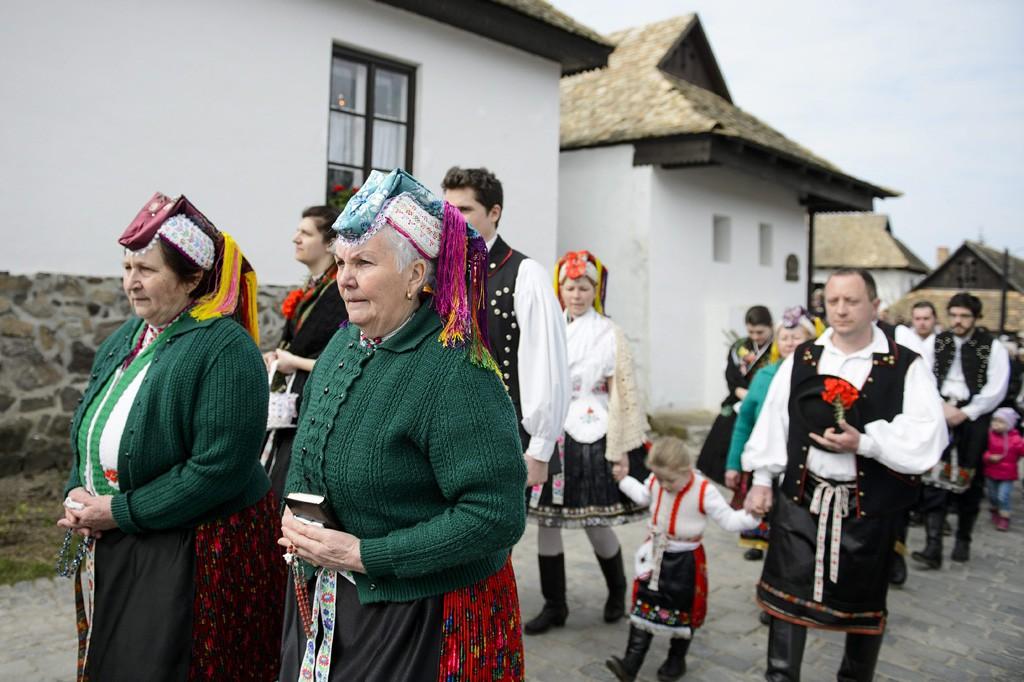 Hollókő, 2016. március 27.A húsvétvasárnapi feltámadási körmenet résztvevői Hollókő ófalujában 2016. március 27-én.MTI Fotó: Komka Péter